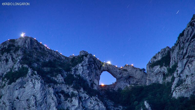 Il monte Forato illuminato per ricordare l'alluvione di Cardoso