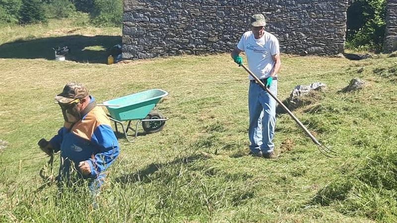 Volontari a lavoro per pulire i sentieri in vista della Festa di Sant'Antonio